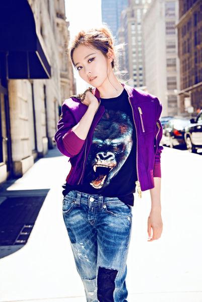 张靓颖纽约街拍时尚率性阳光力十足