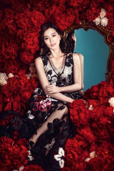 刘诗诗大婚前浪漫登封面玫瑰衬托温婉女神