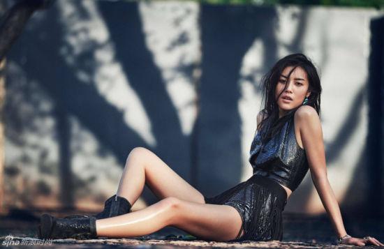 表姐刘雯透视渔网装风情演绎法式摇滚范儿