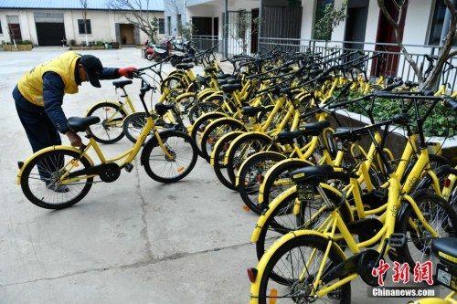 工作人员准备修理共享单车。