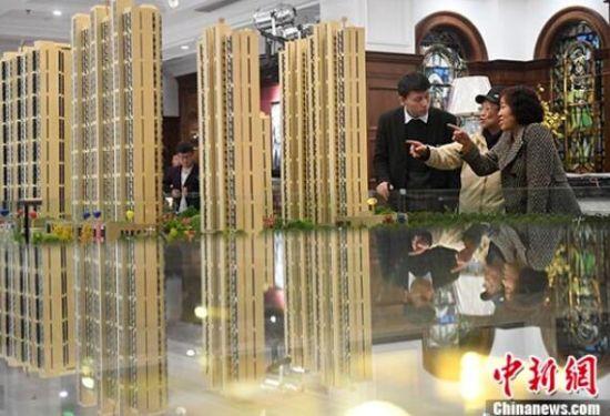 山西太原,置业顾问为民众推荐商品房户型。