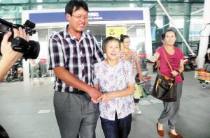 图为:李玉春母子相认,吸引了四川当地多家媒体前来报道。 来源:城市快报 摄影/高立红