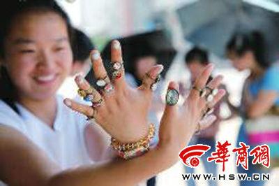 学生八麦制作的戒指 本报记者 邓小卫 摄