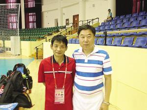 韩惠博士(左)和队医王学义