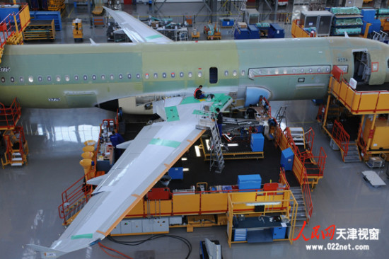 1月21日,空中客车公司在空客天津交付中心向中国南方航空公司交付一架A320飞机,这是空客公司今年交付的第2架由空客A320系列飞机天津总装线完成总装的飞机,也是该总装线自投产以来完成总装的第158架飞机。此前,空客天津交付中心于今年1月10日向春秋航空公司交付的一架A320飞机是2014年交付的第1架空客天津总装线完成总装的飞机。   2013年,空客A320系列飞机天津总装线完成总装并交付46架空客A320系列飞机,圆满完成2013年生产计划。空客天津总装线2008年9月投产,2009年6月向四川