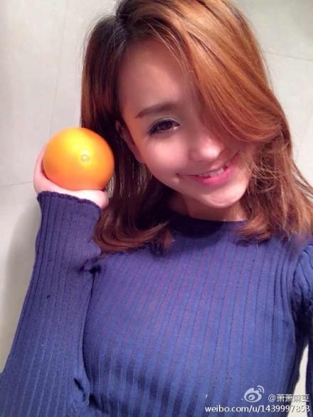 模特也很喜欢跟橙子合影