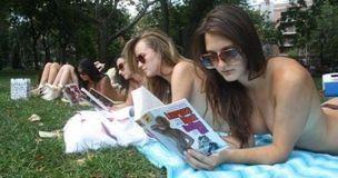 美国女孩街头裸体读书